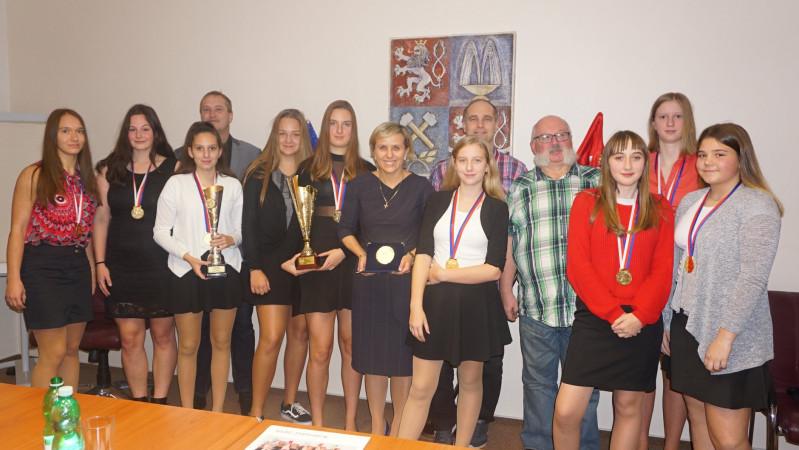 Volejbalové šampionky - starší žákyně Volejbalový Klub Karlovy Vary v tomto týdnu zavítaly na setkání s hejtmankou Karlo